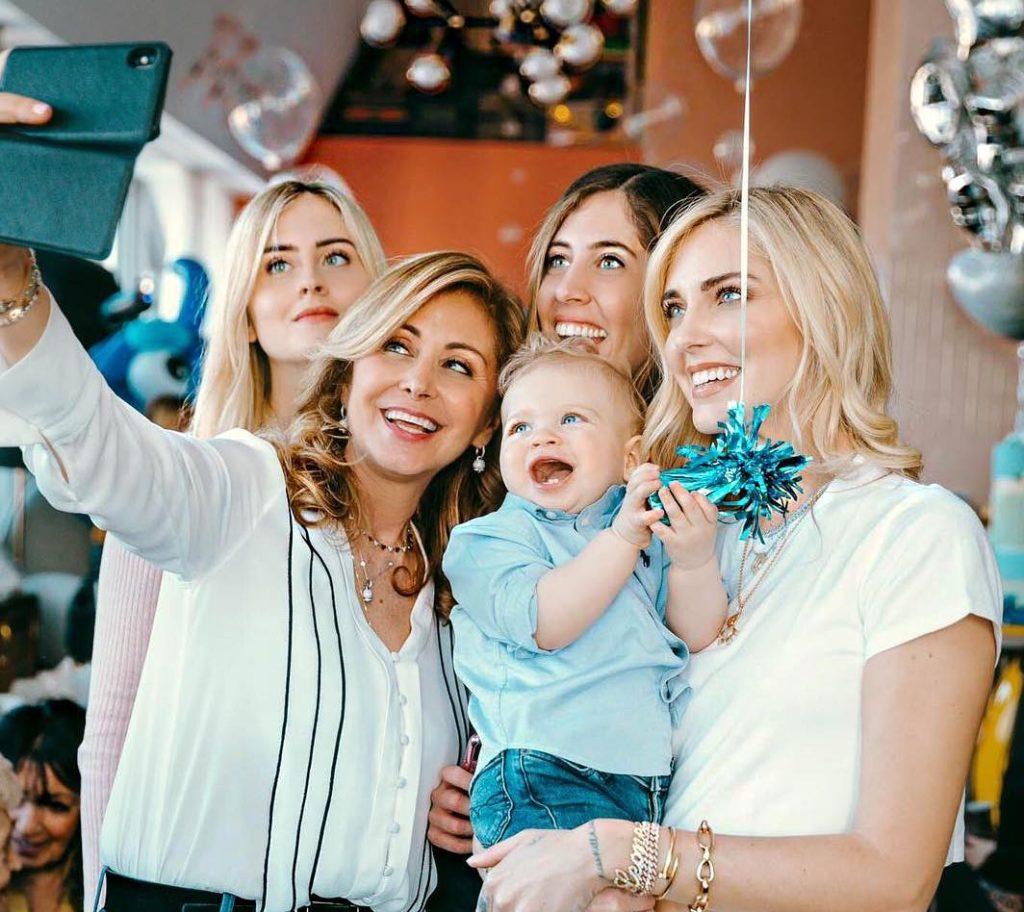 Foto di famiglia con alcuni invitati alla festa di Leone Lucia Ferragni