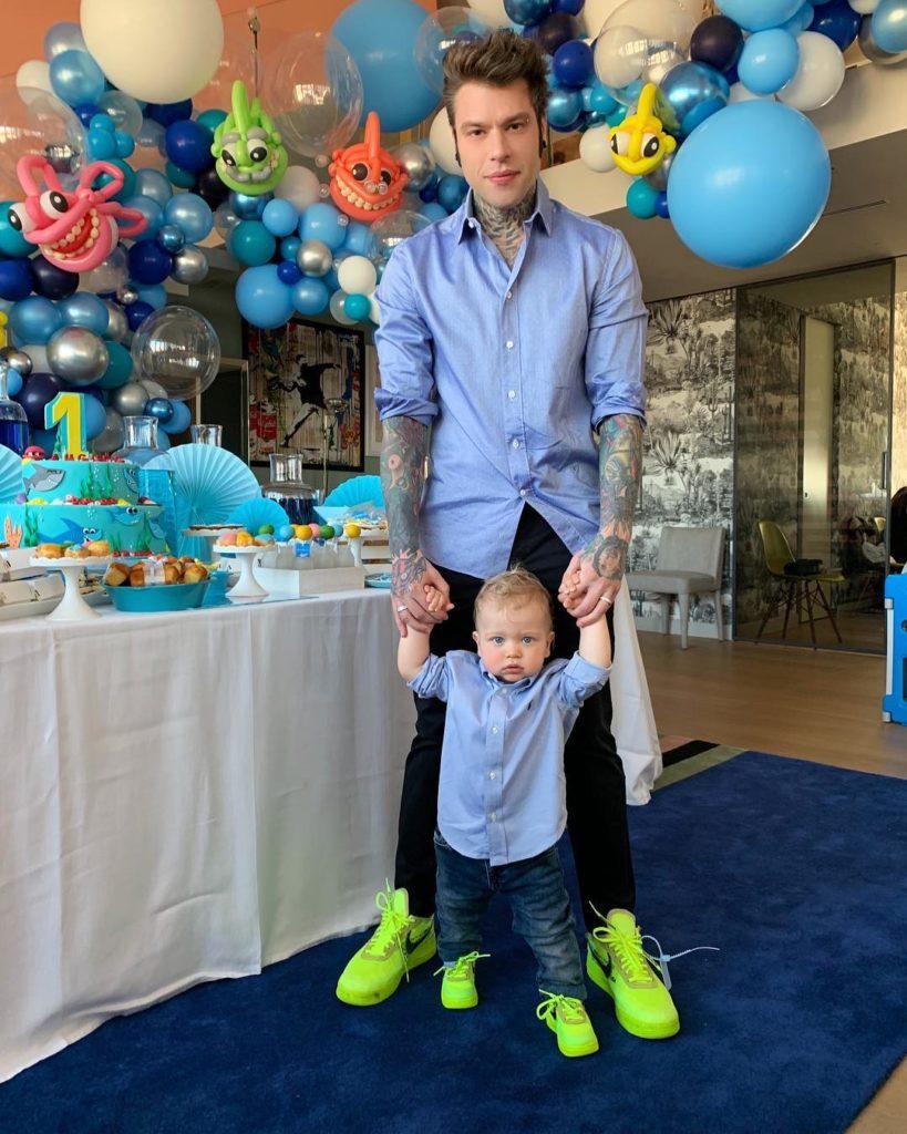 Outfit coordinato di Fedez e Leone per il primo compleanno di Leo