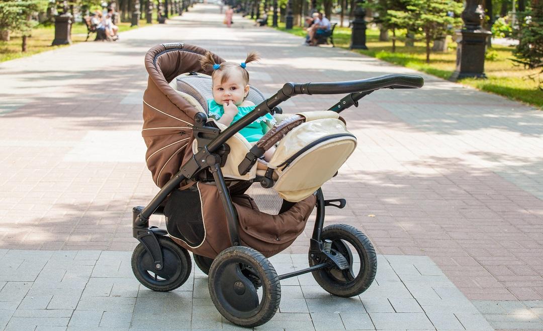 Passeggino-fronte-mamma-o-fronte-strada